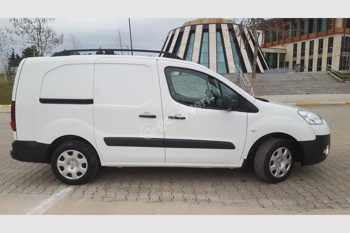 Peugeot Partner Başiskele Kiralık Araç 2. Fotoğraf